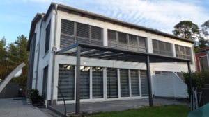 modernes Haus mit Überdachung