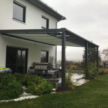 Haus mit Terrasenüberdachung